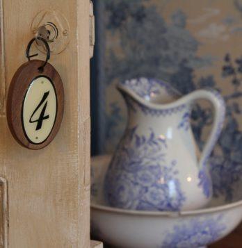 entree chambre bleue, faience , toile de Jouy , domaine du buc chambres d'hotes
