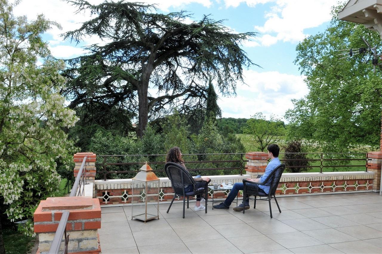 Grande terrasse dans une maison d'hotes de charme à proximité d'albi