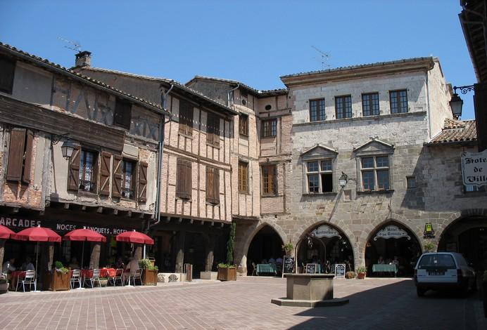 Place de Castelnau de Motmiral, Bastide albigeoise